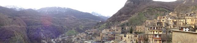 Le village, la vallée et les sommets enneigés