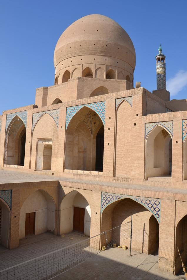 Oui, il y a un filet de Volley dans la mosquée ! (cliquez pour zoomer)