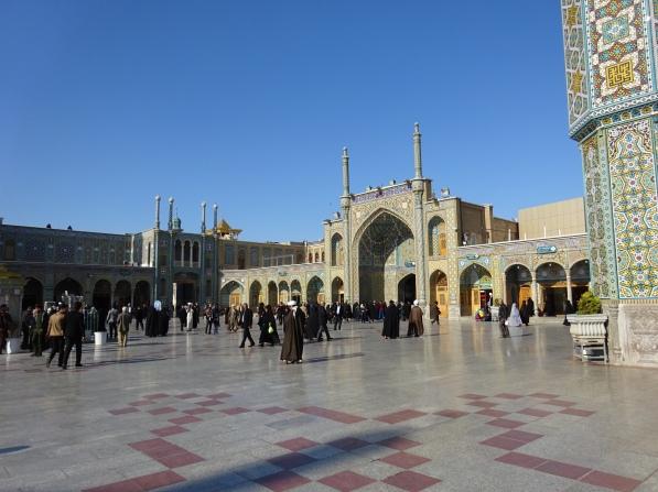 Lors des jours spéciaux, la place est recouverte de tapis de prière